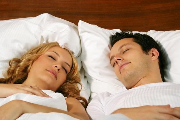 По мнению сонника странника, видеть во сне, как вы сидите с незнакомым мужчиной на кровати – признак того, что в скором будущем вам предстоит поменять что-то в своей жизни.